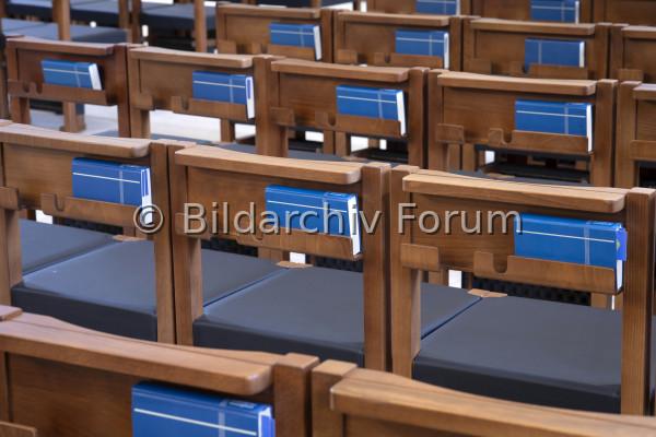 Stühle in Kirche